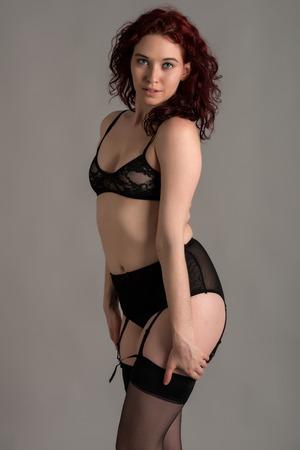 reggicalze: Rossa pallido vestito di nero lingerie