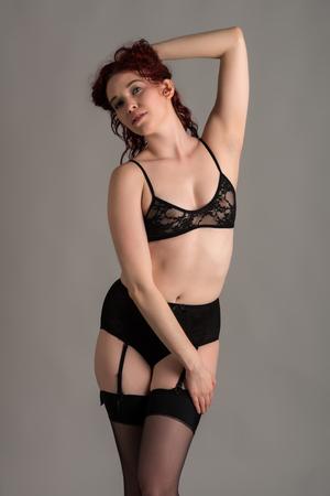 ligueros: P�lida pelirroja vestida de lencer�a negro