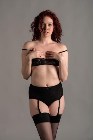 reggicalze: Redhead pallido vestito di nero lingerie