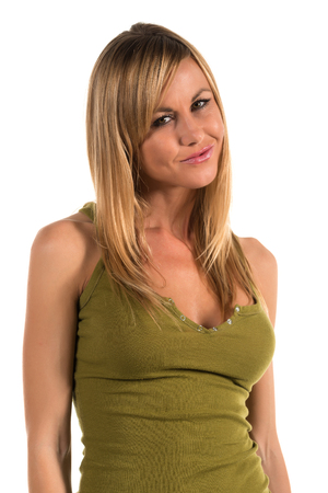 탱크 탑: 올리브 녹색 탱크 탑에 꽤 몸집이 작은 금발의 여자