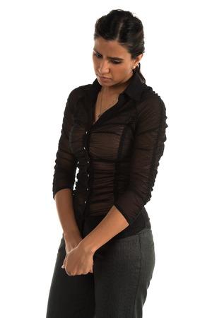 タイトな黒いブラウスの背の高いインド美女