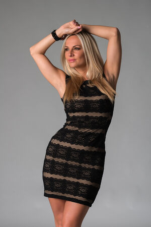ノースリーブ レースのドレスで美しいチェコのブロンド