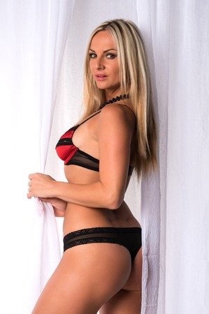 donne mature sexy: Bella bionda ceco in lingerie rosso e nero Archivio Fotografico