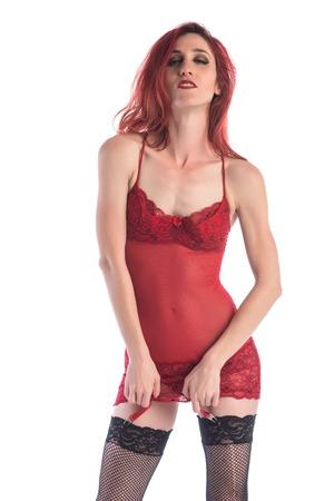 bas r�sille: Svelte jeune rousse dans une chemise rouge et bas r�sille