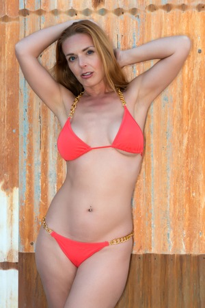 cadenas: Hermosa pelirroja alta en un bikini naranja