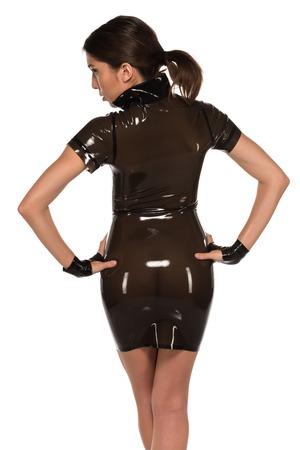 Mooie petite Euraziatische vrouw in een bruine latex jurk