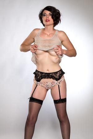 garters: Bella bruna alto in un top maglia rivelatore