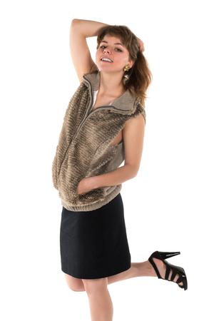 ノースリーブの毛皮でかなり若いブルネット トップと黒のスカート
