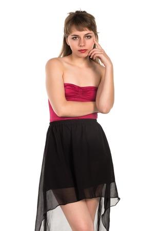 turnanzug: Hübsche junge Brünette in einem roten Trikot violett und dunkelgrau Rock