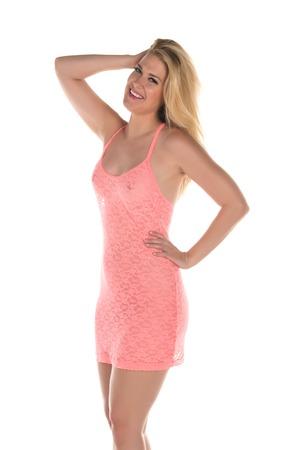 mujer rubia desnuda: Hermosa rubia de altura en un vestido rosa coral