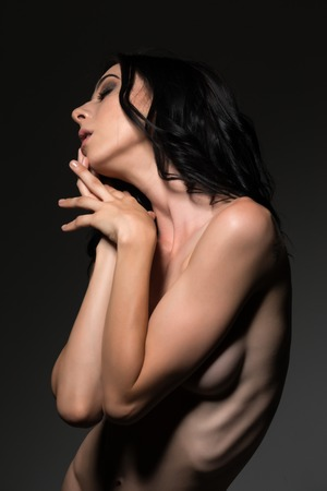 junge nackte m�dchen: H�bsche junge schlanke Br�nette stand nackt auf grauem