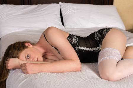 garters: Bella bionda statuaria in lingerie bianco e nero
