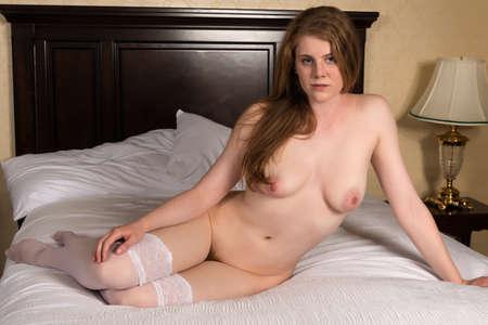 topless: Jolie blonde sculpturale Nu couché dans son lit