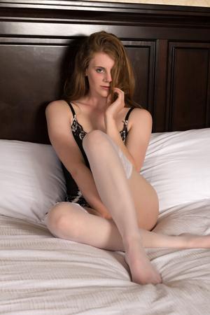 reggicalze: Abbastanza statuaria bionda seduta a letto