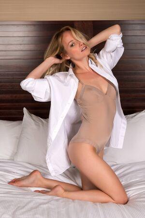 turnanzug: Sch�ne junge blonde Frau in einem Trikot und wei�es Hemd