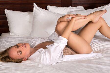 turnanzug: Schöne junge blonde Frau in einem Trikot und weißes Hemd