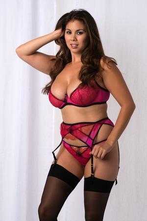 garters: Giovane e bella donna Eurasian nel rivelare rosa lingerie