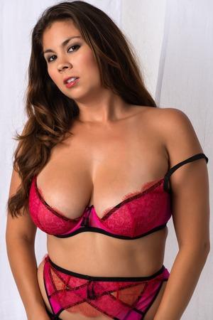 reggicalze: Giovane e bella donna Eurasian nel rivelare rosa lingerie