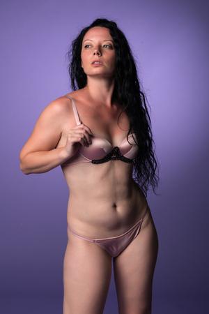 donne mature sexy: Petite bruna piuttosto italiano in lingerie rosa