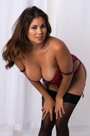 busty: Mujer eurasiática joven hermosa en ropa interior rosa revelador