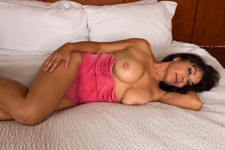 donne mature sexy: Brunette abbastanza matura in un body rosa