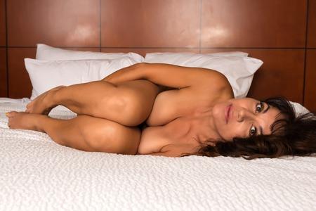 sexy nackte frau: Pretty reife brunette liegen nackt im Bett