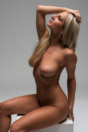 mujer rubia desnuda: Hermosa rubia Checa desnuda en sombra profunda