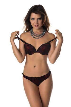 chica sexy: Hermosa morena menuda en ropa interior de color rojo y negro