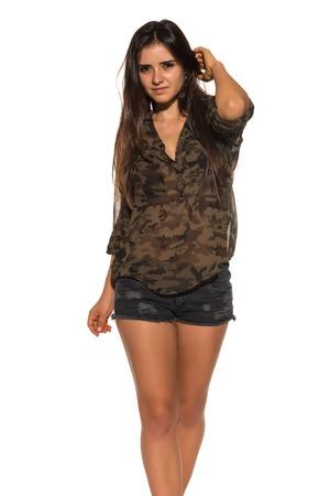 blusa: Morena rumano bonita en una blusa de camuflaje