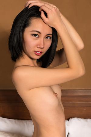femme se deshabille: Assez mince femme chinoise nue dans son lit
