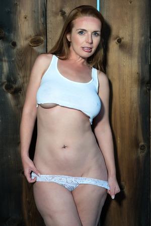 donne mature sexy: Bella alto rossa in una parte superiore delle colture e mutandine