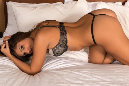sexy young girl: Аппетитный брюнетка, одетые в сливками и черного белья