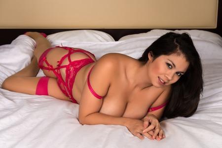 garters: Giovane e bella donna Eurasian in rivelatrice lingerie rosa