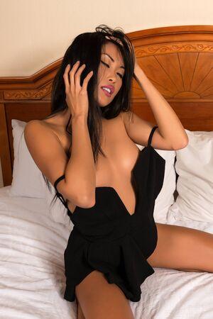 sexy young girl: Красивая стройная филиппинских женщина в откровенном черном платье