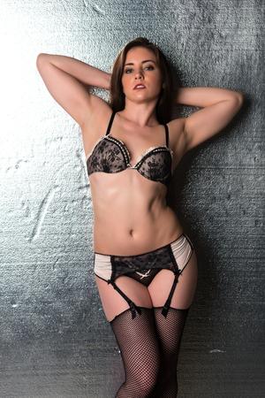 reggicalze: Piuttosto bruna petite in lingerie nera e beige Archivio Fotografico