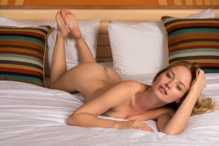 Nude blonde woman: Joven y bella rubia desnuda en la cama de Hungr�a