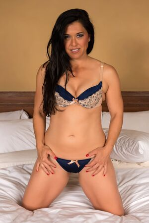 donne mature sexy: Abbastanza matura donna eurasiatica in crema e blu lingerie Archivio Fotografico