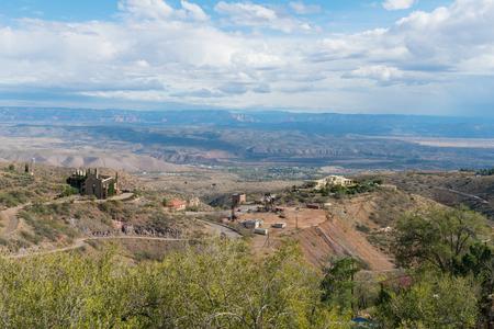 Op zoek naar beneden op een historische koper mijnbouw, Jerome, Arizona Stockfoto