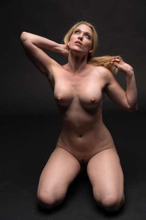 femmes nues sexy: Grand, blond, femme galbe assis nu sur gris