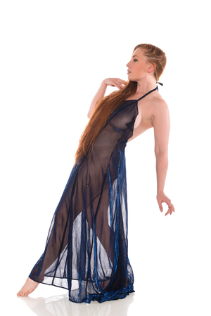 Curvy jeune rouquine dans une robe noire Banque d'images - 81815810