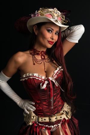 セクシーなスチーム パンクな衣装に身を包んだ美しい成熟した赤毛