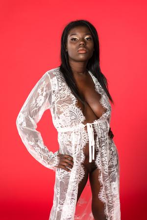 Goed gevormde Ghanese vrouw in een pure witte omslag Stockfoto