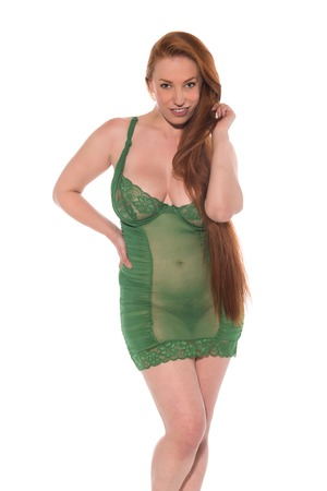 Curvy young redhead in a green lace chemise 免版税图像 - 100672242