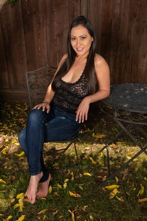 Hermosa mujer coreana en jeans y blusa de encaje negro