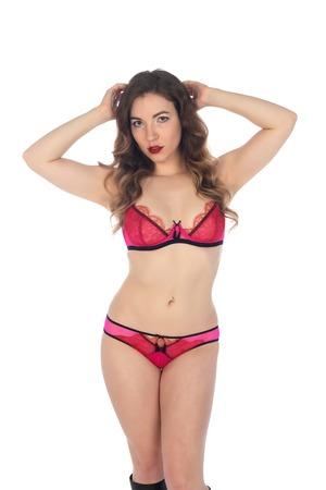 Jolie petite brune vêtue de lingerie rose et violette