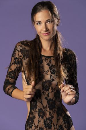 Belle grande brune dans un body en dentelle noire transparente Banque d'images