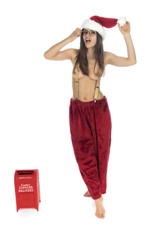 Hermosa morena esbelta rumana en un traje de Santa