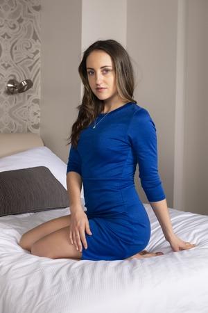 Petite jeune brune en robe courte bleue