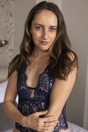 Pequeña morena joven en un traje de encaje azul Foto de archivo