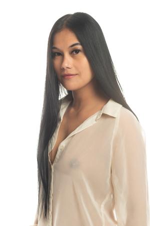 Hermosa mujer filipina pequeña con una blusa amarilla transparente
